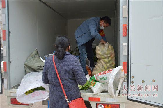 """翠华镇肖家村民小组捐菜支援抗""""疫""""一线"""
